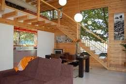 RUSTICASA | Casa modelo | Vila Nova de Cerveira: Salas de estar modernas por Rusticasa