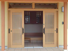 Puertas de estilo  por マルモコハウス