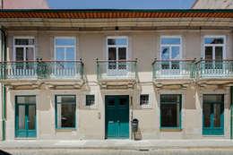 Fachada Principal - Rua de Santo Ildefonso: Habitações  por Pedro Ferreira Architecture Studio Lda