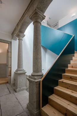 Casa dos Pátios: Corredores e halls de entrada  por Pedro Ferreira Architecture Studio Lda
