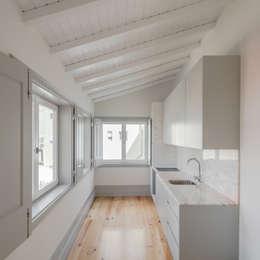 Casa dos Pátios: Armários de cozinha  por Pedro Ferreira Architecture Studio Lda