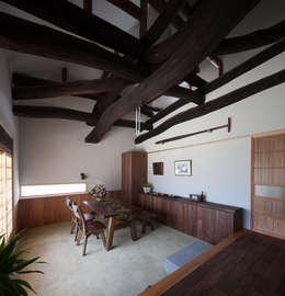 古民家再生住宅-家族と風土を見守る家-: 株式会社 井川建築設計事務所が手掛けたダイニングです。