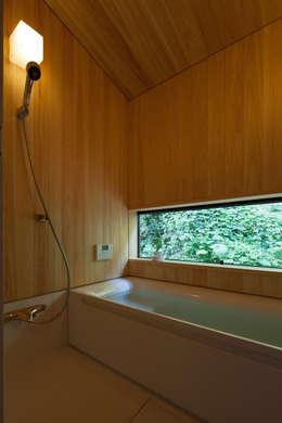 古民家再生住宅-家族と風土を見守る家-: 株式会社 井川建築設計事務所が手掛けた浴室です。