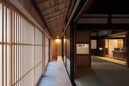 古民家再生住宅-家族と風土を見守る家-: 株式会社 井川建築設計事務所が手掛けた廊下 & 玄関です。
