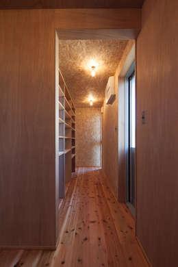 笑顔を奏でる家: 株式会社 井川建築設計事務所が手掛けた廊下 & 玄関です。