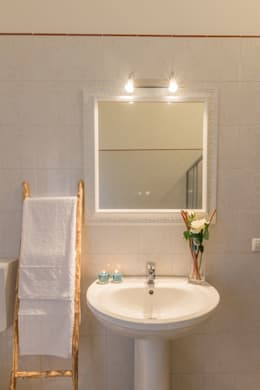 minimalistic Bathroom by Anna Leone Architetto Home Stager