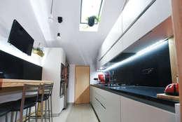 Cucina 01: Cucina in stile in stile Moderno di atelier qbe3