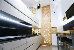 Cucina 02: Cucina in stile in stile Moderno di atelier qbe3