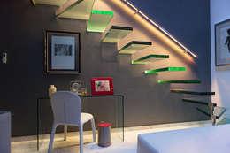 RESIDENCIAL: Pasillos y recibidores de estilo  por LUMBRA