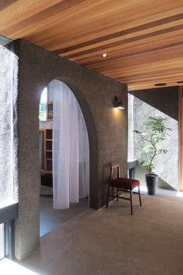 四塔七巣( 4 towers 7 nests ): group-scoop architectural design studioが手掛けた廊下 & 玄関です。