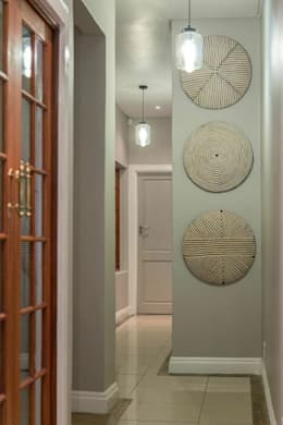 Contemporary meets African accents :  Corridor, hallway & stairs  by Indoni Interiors