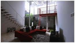 Interior Cage House:  Ruang Keluarga by Parametr Architecture