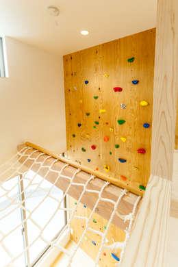 ボルダリング壁とアスレチックネット: 株式会社かんくう建築デザインが手掛けた子供部屋です。