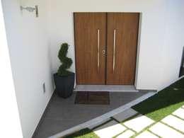 Puertas de estilo  por Construções Eugénio Rosa, Lda