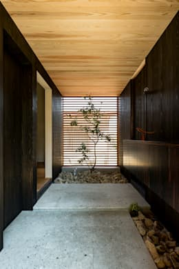 Corridor & hallway by HEARTH ARCHITECTS/ハース建築設計事務所
