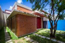 Casa Itapuã: Casas modernas por ESTUDIOFAROL - ARQUITETURA | DESIGN | URBANISMO