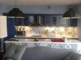 Синий цвет в кухне: Кухни в . Автор – Frandgulo