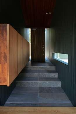 agata house: 髙岡建築研究室が手掛けた廊下 & 玄関です。