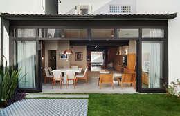 Jardines en la fachada de estilo  por ODVO Arquitetura e Urbanismo