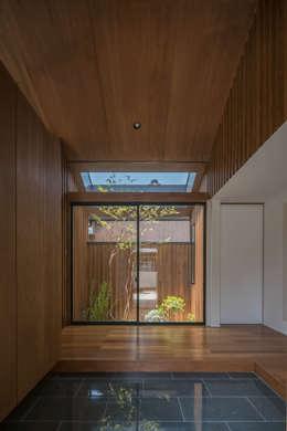 玄関: KEITARO MUTO ARCHITECTSが手掛けた廊下 & 玄関です。