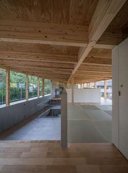 リビングと和室: 武藤圭太郎建築設計事務所が手掛けた和室です。