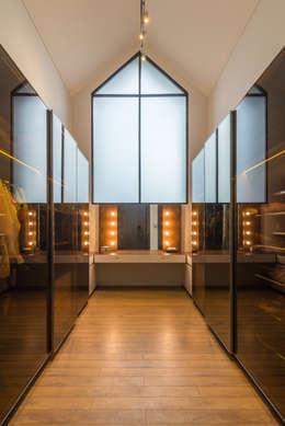 Budisari Residence:  Ruang Ganti by ARCHID