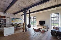 Haus I.: industriale Wohnzimmer von Lioba Schneider