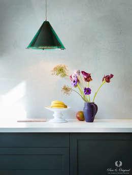 Keuken met Marrkech Walls Polar Blue en Traditional Paint lak op waterbasis in de kleur Black Hills: moderne Keuken door Pure & Original