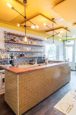 Restaurant SYR is geschilderd met de kleuren Ashes en Yellow: moderne Keuken door Pure & Original