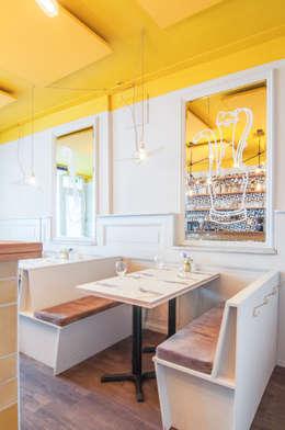 Restaurant SYR is geschilderd met de kleuren Ashes en Yellow: moderne Eetkamer door Pure & Original