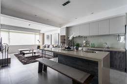 開放式餐廳 廚房:  餐廳 by E&C創意設計有限公司