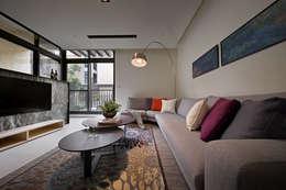 隨意隨心,恰如其分的空間:  客廳 by 奇承威設計事業