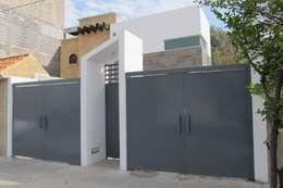 Portones de cochera: Puertas de garajes de estilo  por ÖQ Arquitectos