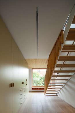 Erschließung: moderner Flur, Diele & Treppenhaus von illichmann-architecture