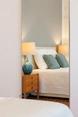 Quarto de Casal: Quarto  por Traço Magenta - Design de Interiores