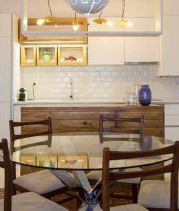 Sala_Zona de refeições com vista para a cozinha: Sala de jantar  por Traço Magenta - Design de Interiores