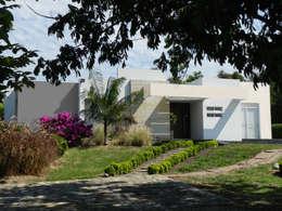 Casas Campestres: Casas de estilo moderno por Arquitectos y Entorno S.A.S
