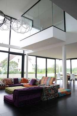 RUSTICASA | Villa Carré | Bussy-Saint-Georges: Salas de estar modernas por Rusticasa