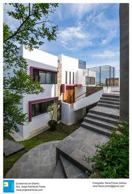 Fachada Frontal: Casas unifamiliares de estilo  por Excelencia en Diseño