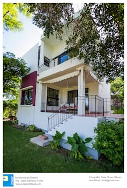 Fachada posterior: Casas unifamiliares de estilo  por Excelencia en Diseño