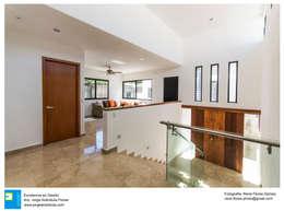 Interior: Pasillos y recibidores de estilo  por Excelencia en Diseño