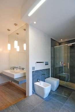 Salle de bain de style de style Moderne par silvestri architettura