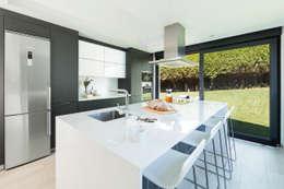 مطبخ ذو قطع مدمجة تنفيذ Santiago Interiores - Cocinas Santos