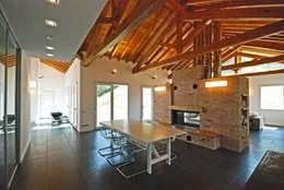 TETTO IN LEGNO, PIETRA E MATTONI A VISTA: Sala da pranzo in stile In stile Country di silvestri architettura