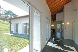 TETTO IN LEGNO, PIETRA E MATTONI A VISTA: Ingresso & Corridoio in stile  di silvestri architettura
