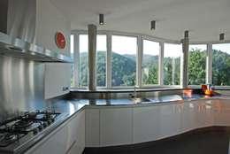 TETTO IN LEGNO, PIETRA E MATTONI A VISTA: Cucina attrezzata in stile  di silvestri architettura