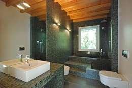 TETTO IN LEGNO, PIETRA E MATTONI A VISTA: Bagno in stile In stile Country di silvestri architettura