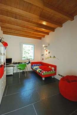 TETTO IN LEGNO, PIETRA E MATTONI A VISTA: Camera da letto in stile In stile Country di silvestri architettura