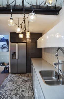 APARTAMENTO CIRCUNVALAR: Cocinas de estilo ecléctico por santiago dussan architecture & Interior design