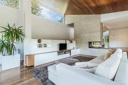 Moradia V3 - Imobiliário: Salas de estar escandinavas por João Boullosa